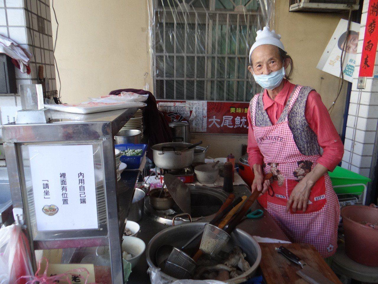婆婆每天辛苦張羅飯菜並親自料理飯菜,一人忙不過來,在攤前貼有自己端菜的公告,學生...
