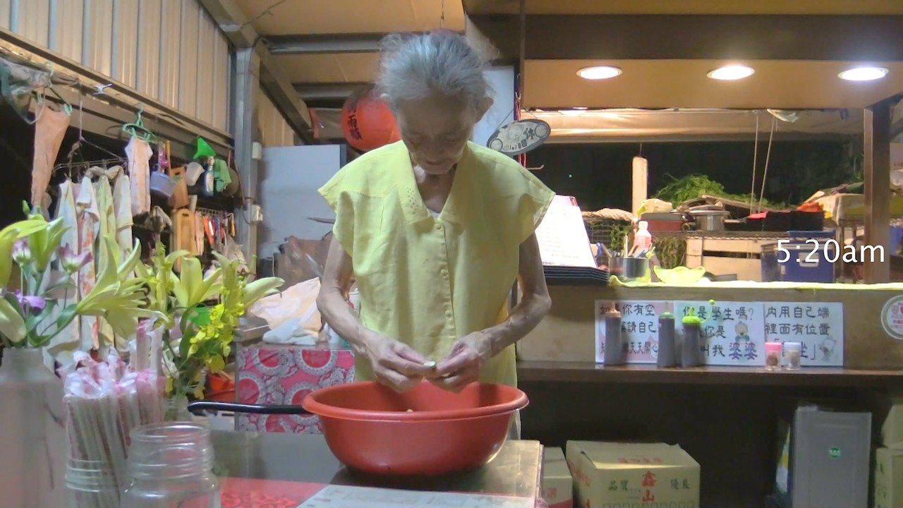 上百人吃的飯菜,全由婆婆一人自己備料。記者蔡維斌/翻攝