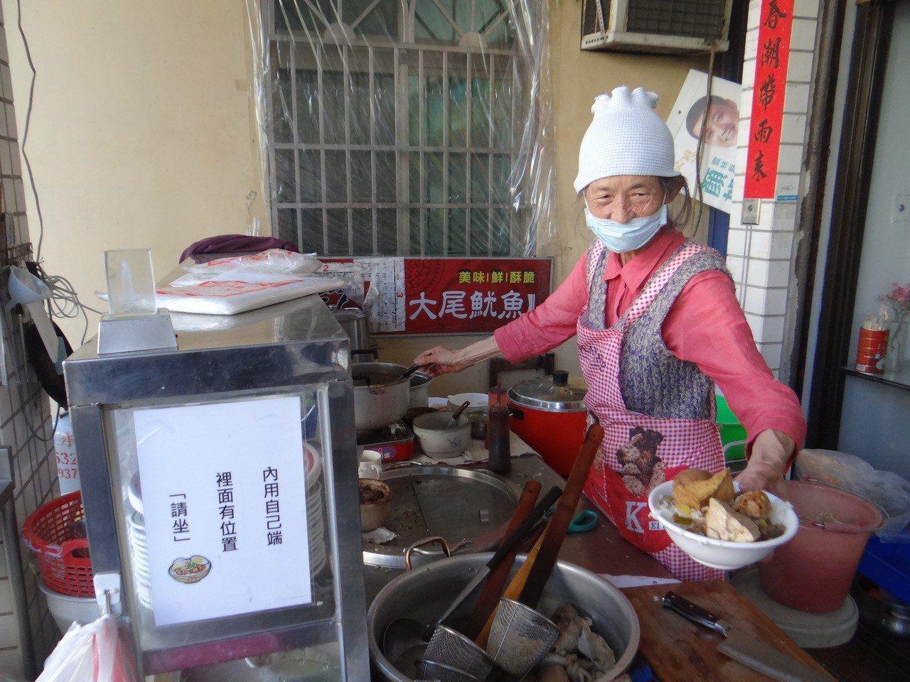 婆婆每天辛苦張羅飯菜,加魯蛋和油豆腐一大碗滿滿的魯肉飯才賣20元。記者蔡維斌/攝...