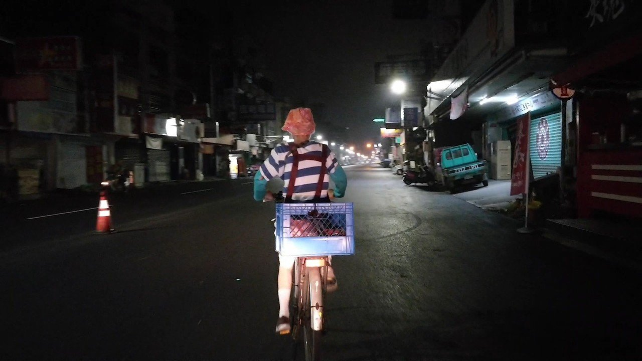 天未亮起了大清早,婆婆騎著單車穿梭無人街市,到市場買菜備料。記者蔡維斌/翻攝