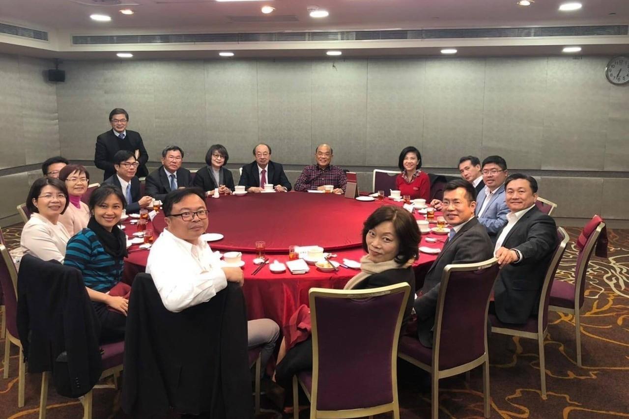 行政院長蘇貞昌(中)晚間與民進黨籍區域立委進行餐敘,進行政策和地方議題的討論。圖...