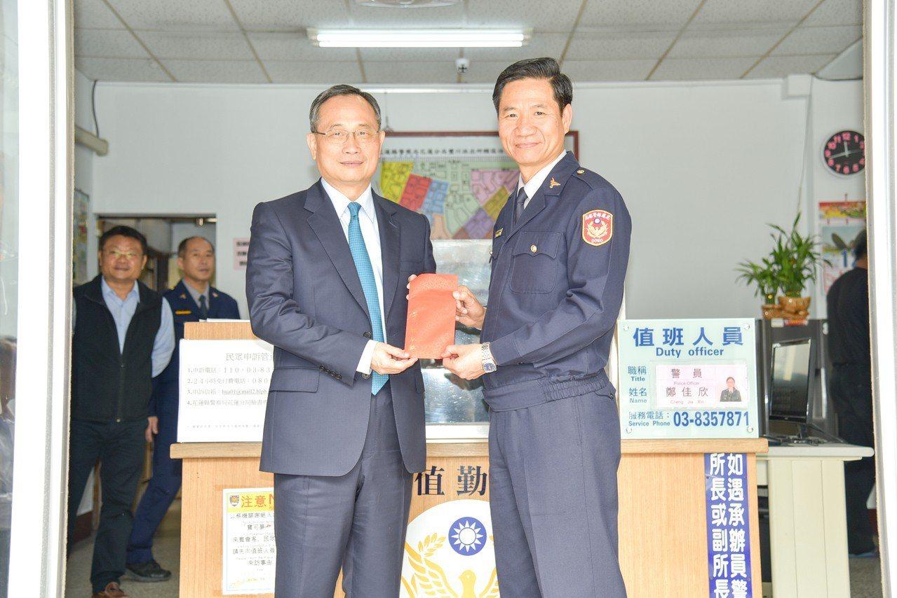警政署長陳家欽(左)與花蓮警分局長婁子才(右)合影。圖/警方提供