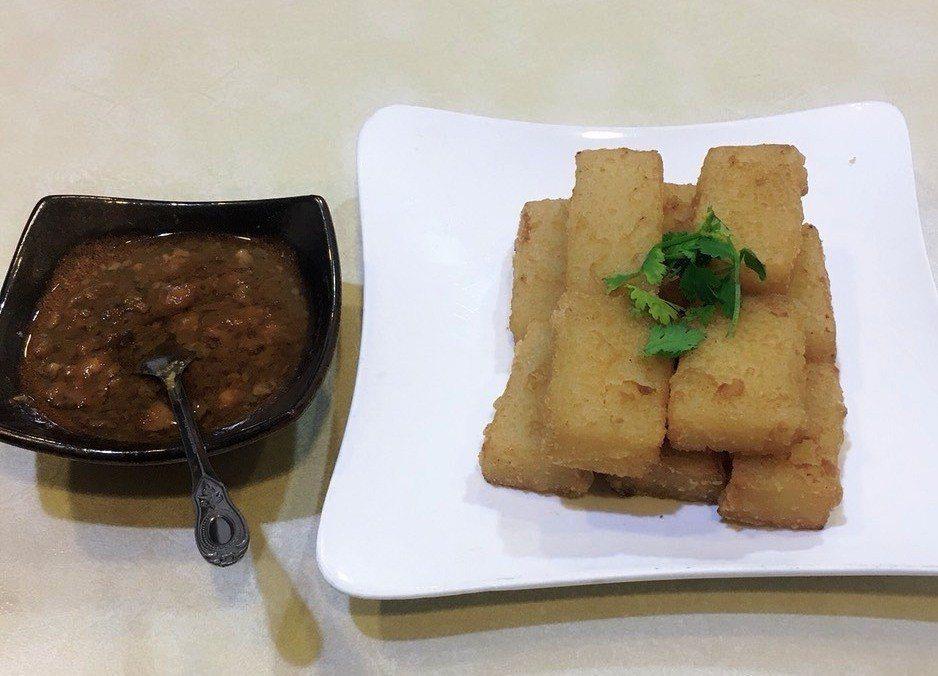 芳月亭食堂的「炸粿+獨家肉燥」,是彰化市老一輩市民津津樂道的共同記憶中招牌平民美...