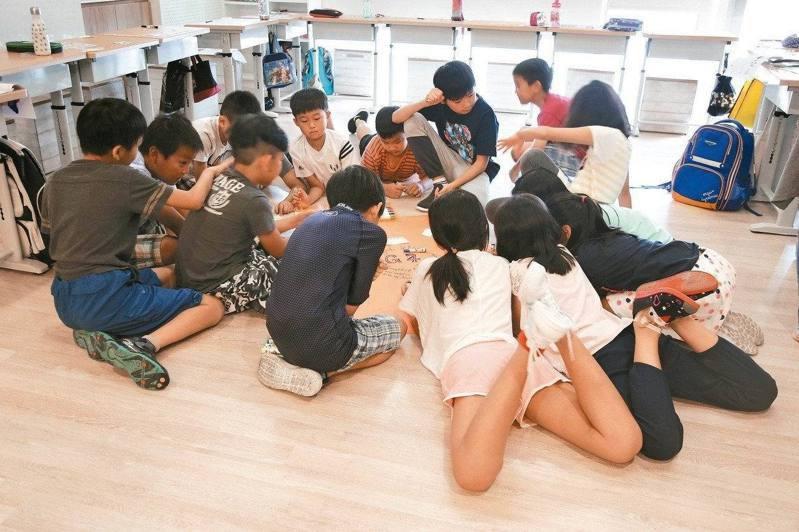 近年台灣實驗教育校數和學生數大爆發,107學年參與實驗教育的學生人數達1萬3336人,較4年前的5千多人,成長2.5倍。立法院前年完成「實驗教育三法」修法,首度讓實驗教育延伸至大學。本報資料照片