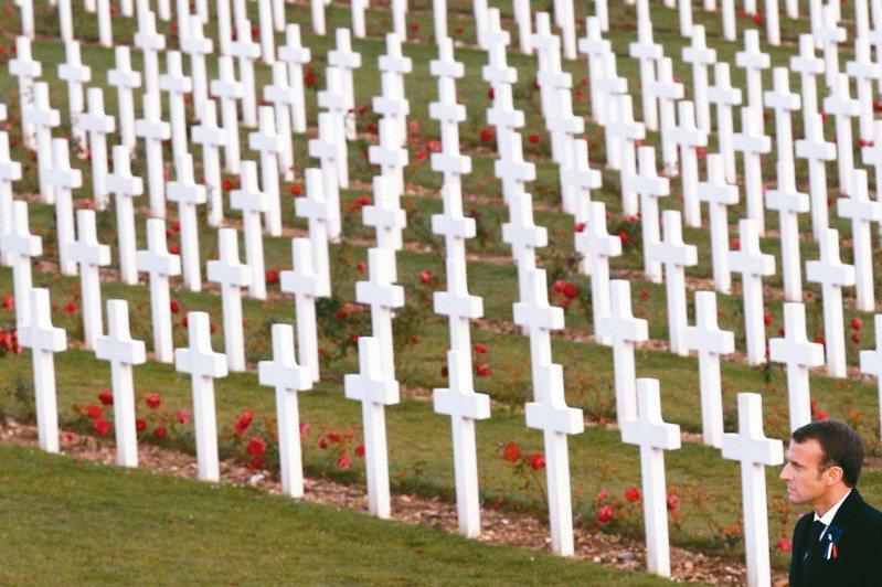 法國總統馬克宏2018年在法國凡爾登附近的一戰將士墓園參加紀念第一次世界大戰一百周年紀念儀式。 圖/美聯社