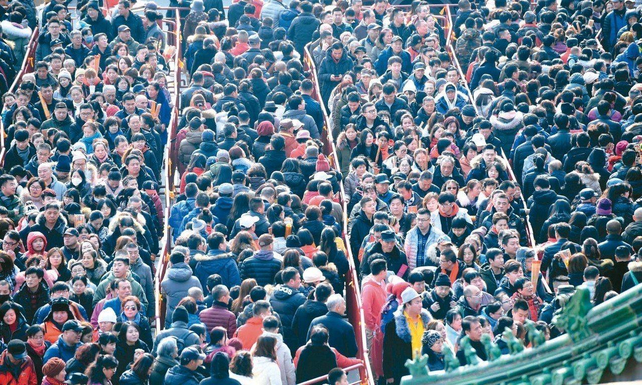 今年春節「黃金周」北京市接待遊客數量及旅遊總收入均實現同比增長。圖為滿滿的遊客人...
