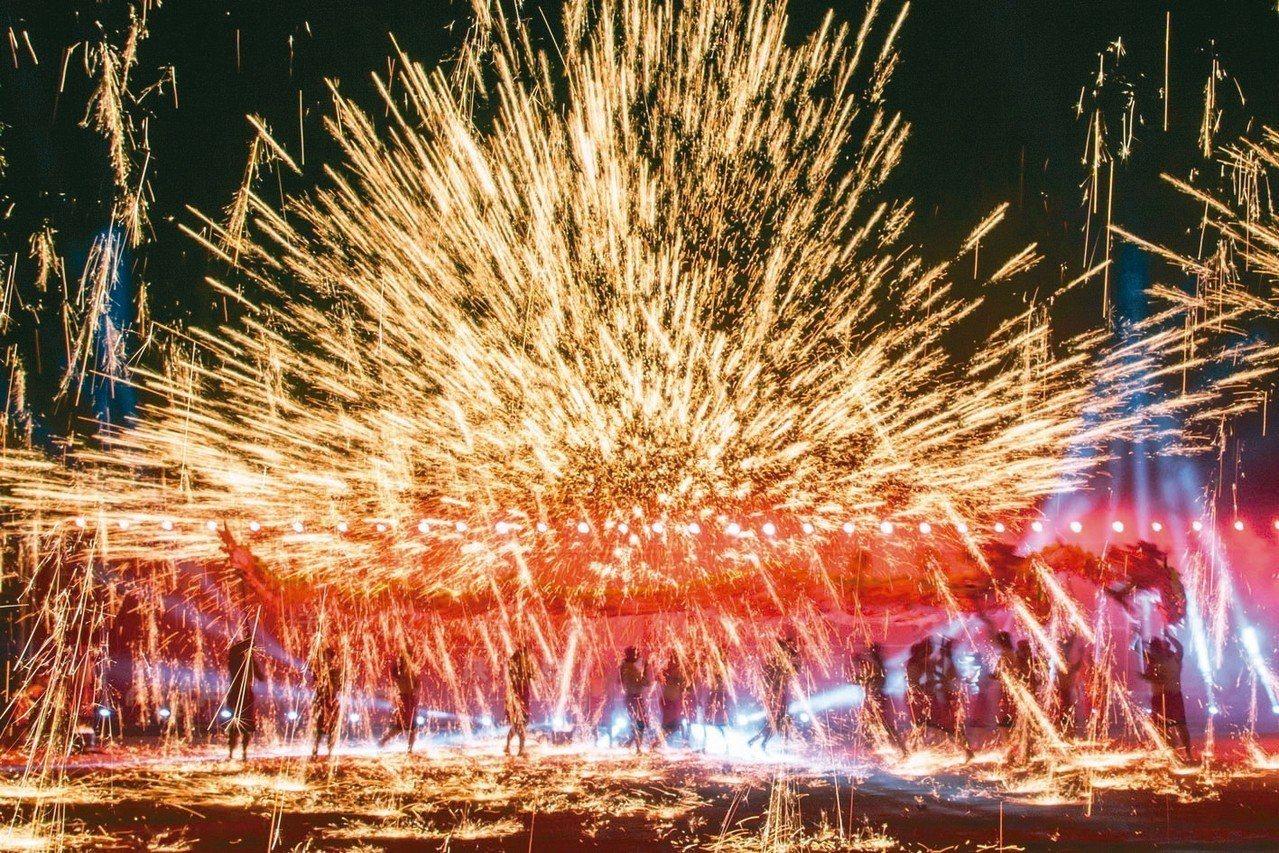 南投燈會今年再度邀請重慶銅梁火龍演出,火樹銀花和滿天火雨的場景將讓遊客震撼尖叫。...