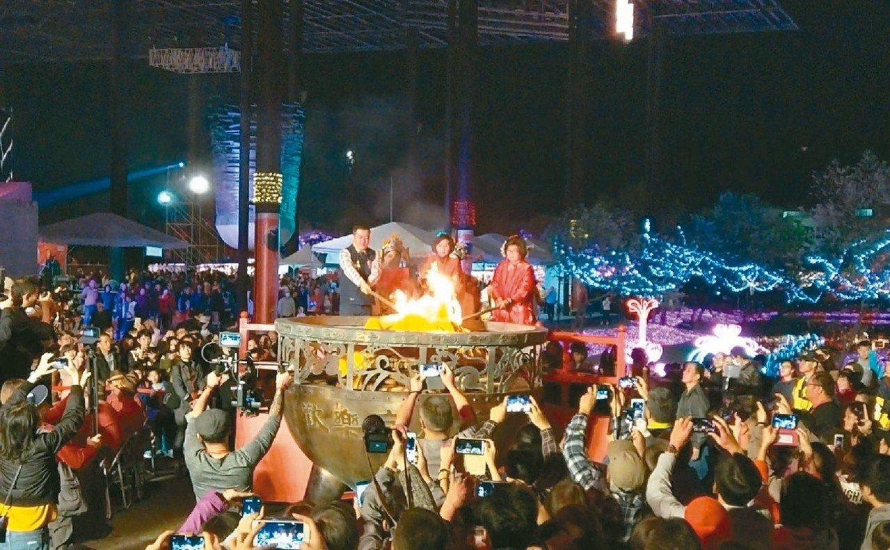 「歡樂宜蘭年」除夕晚會今年移師羅東文化工場舉辦,吸引大批人潮,縣府統計當晚約4萬...