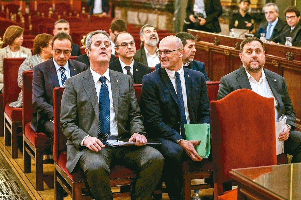 西班牙加泰隆尼亞十二名獨派領袖2月接受審判。前排右一為加泰前副主席渾克拉斯。 (...