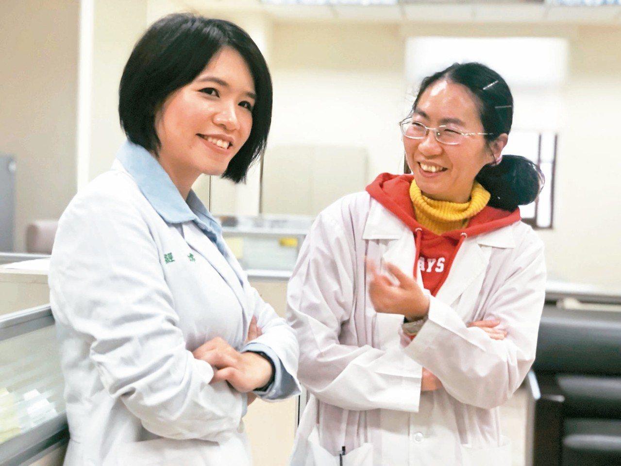 嘉義地檢署兩名法醫都是女生,經嫦(左)、楊婉玲是台大法醫研究所的學妹、學姊。 記...