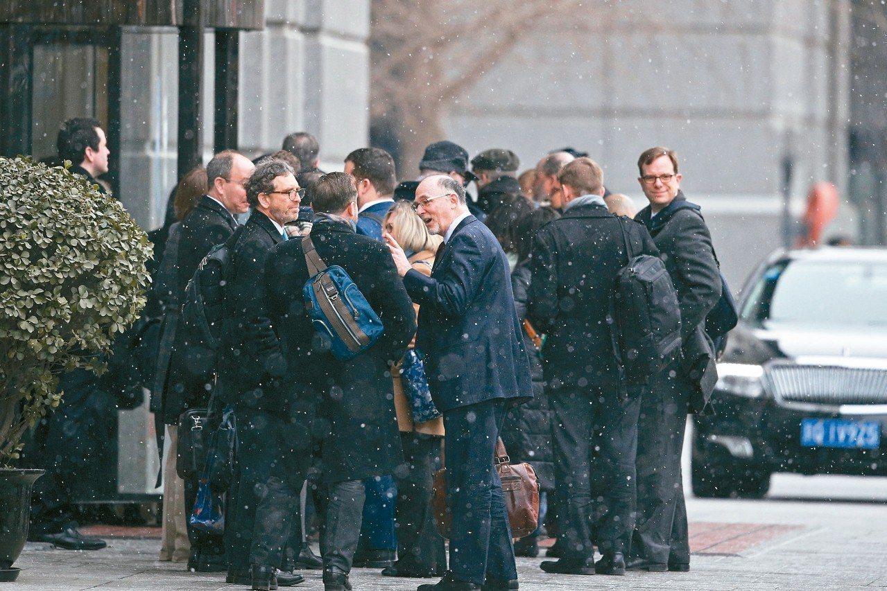 美國副貿易代表吉里希領軍,十二日與中方進行第二天的副部級經貿磋商。圖為美方人員在...