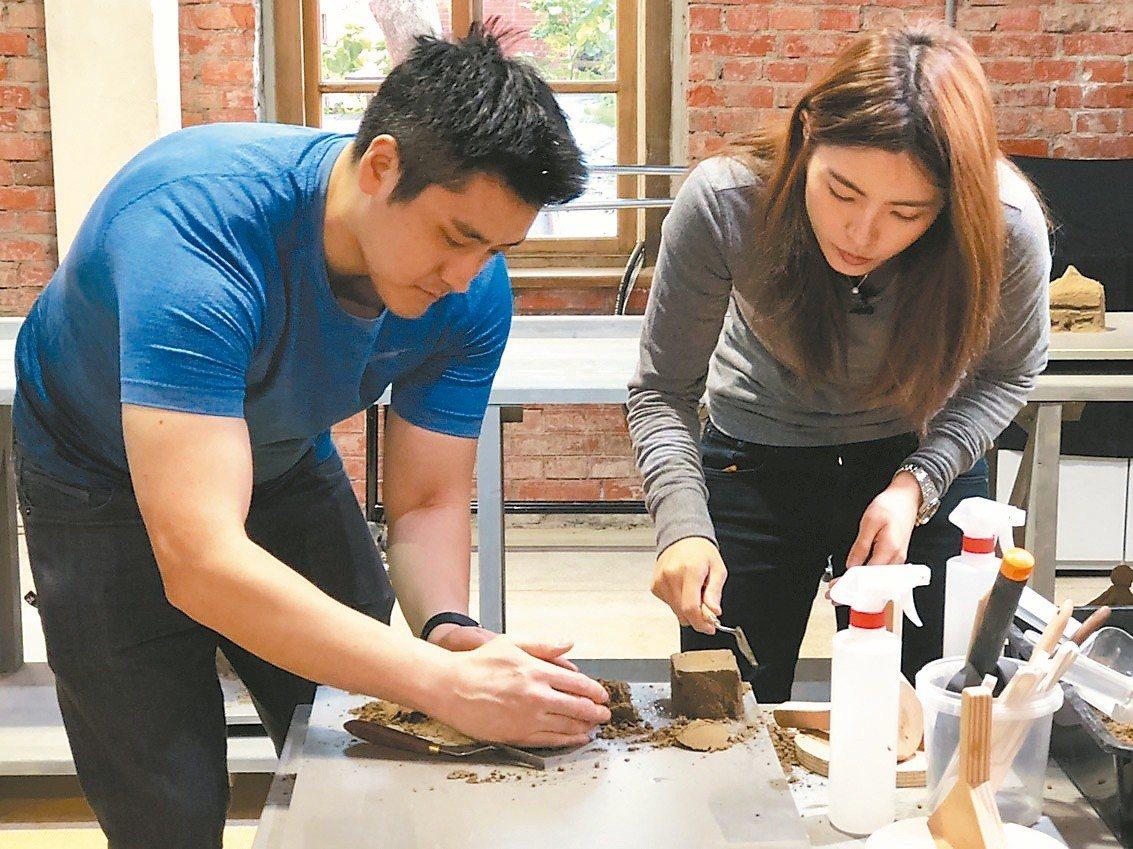 理科太太與先生體驗「巴黎龐畢度兒童藝術工作坊」的創藝沙雕。 圖╱聯合數位文創提供
