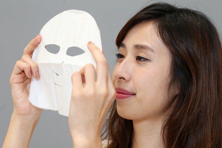 敷完面膜拍打肌膚加速吸收,竟是「5大錯誤習慣」之一。 本報系資料照/記者徐兆玄攝...