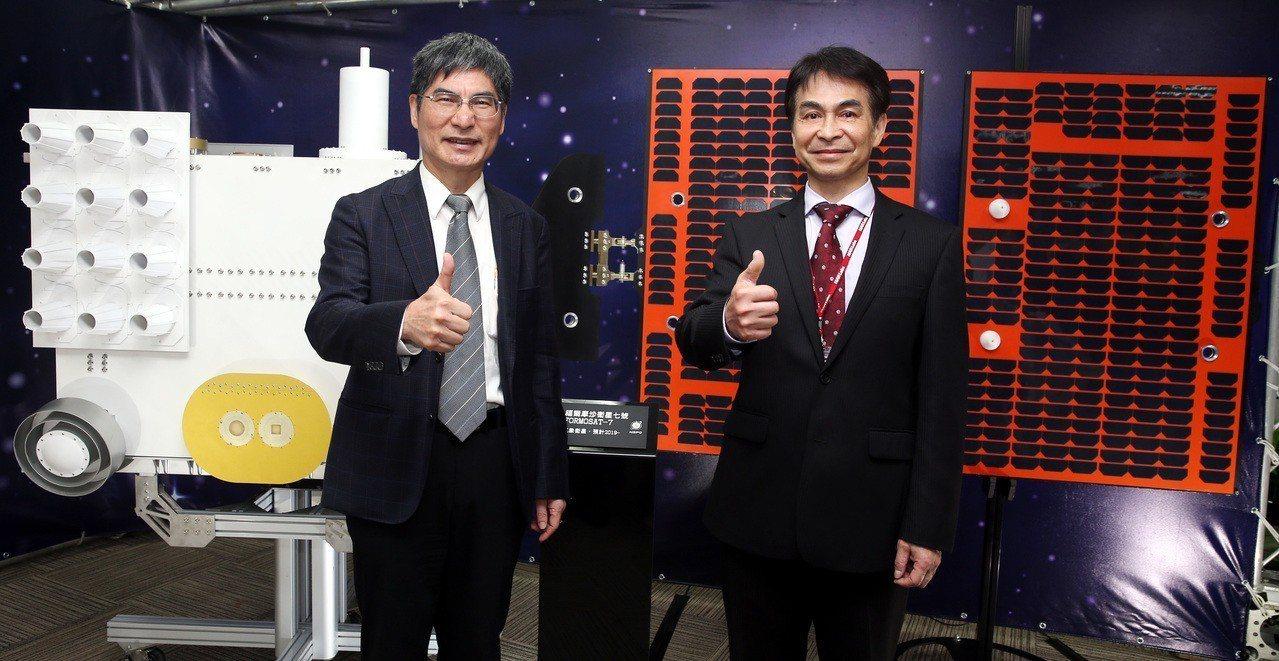 科技部長陳良基(左)與國家太空中心主任林俊良(右)上午出席「台灣第三期國家太空科...