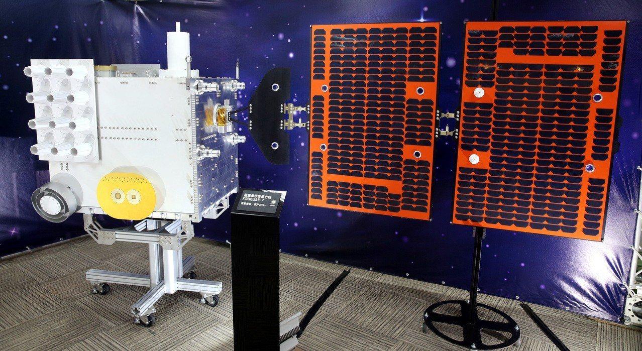 科技部上午舉行「台灣第三期國家太空科技發展長程計畫」記者會,現場展示福爾摩沙衛星...