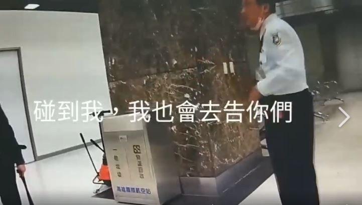 陳姓移民官本月9日深夜11點準備要到機場工作時,在公務門遇到一隻米格魯檢疫犬,陳...