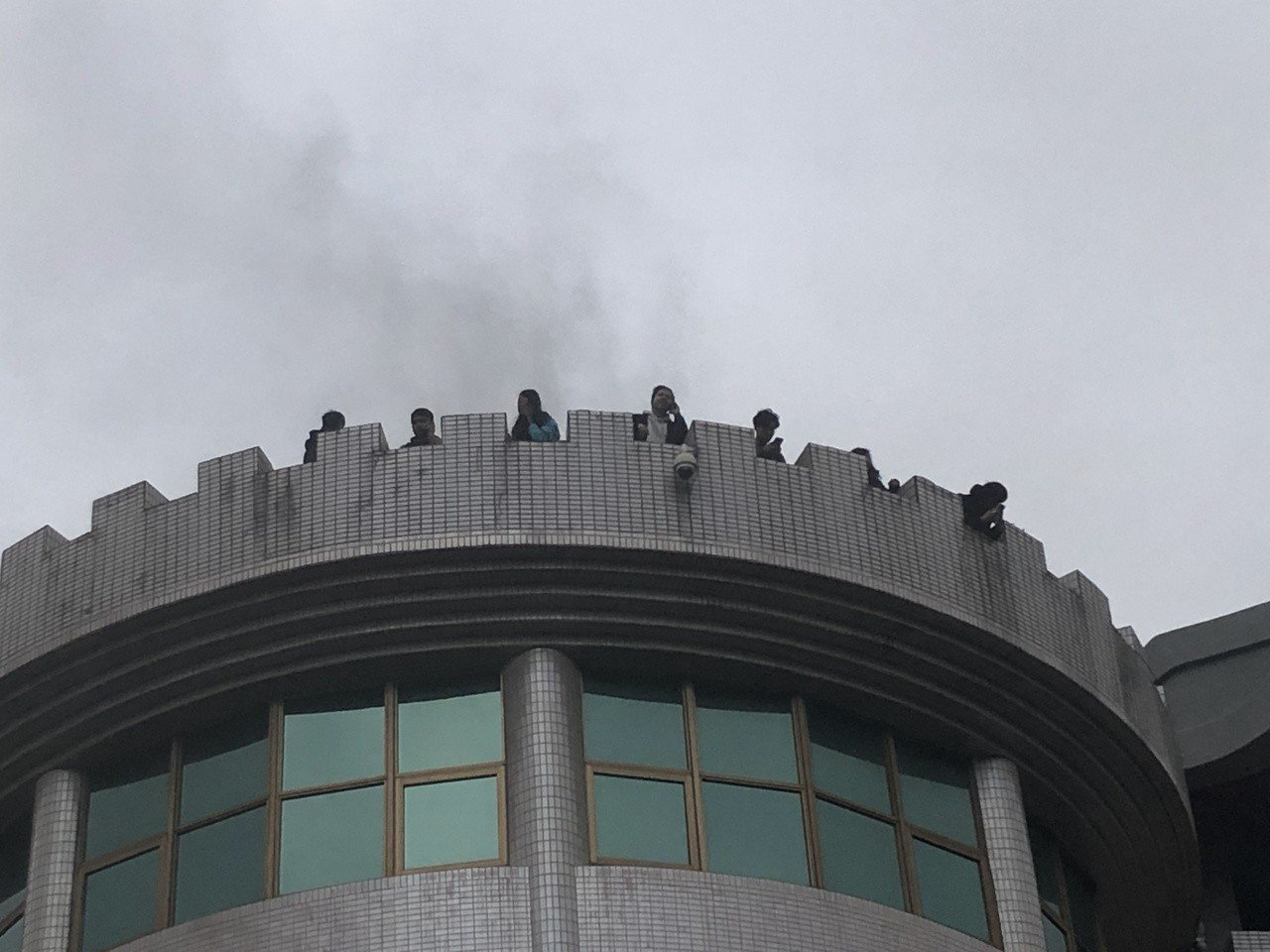 中國文化大學大典館5樓下午發生火警,疑有16人受困頂樓,無安全顧慮,目前消防隊入...