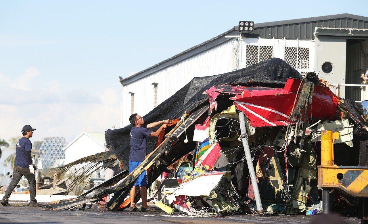 去年空勤總隊在蘭嶼失事的黑鷹直升機殘骸。 聯合報系資料照/記者劉學聖攝影