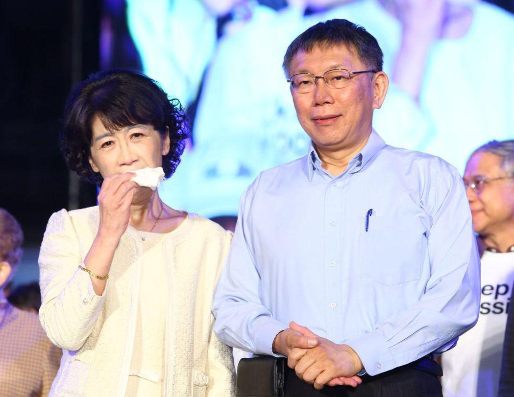 柯文哲去年投票前夕在四四南村舉行選前之夜,陳佩琪激動落淚。 圖/聯合報系資料照片