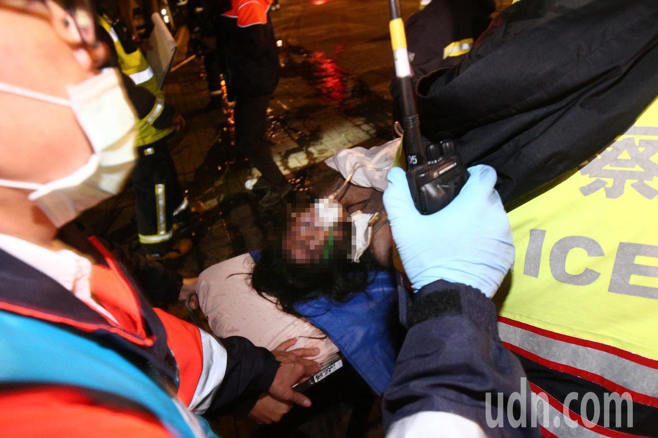 中國文化大學大典館5樓下午發生火警,一女受困者被救出,意識不清楚緊急送醫。記者蘇...