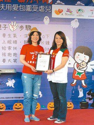 保誠人壽總經理王慰慈(左)代表接受家扶基金會社會資源處主任潘惠珍致贈感謝狀。 保...
