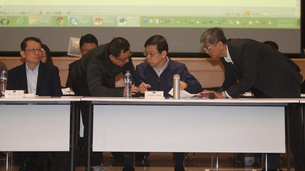 交通部政務次長王國材(前右2) 中央社