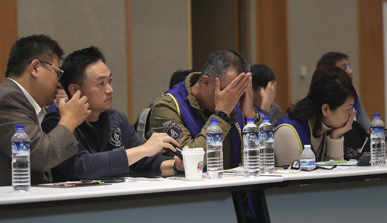 華航機師罷工第3次勞資座談會13日凌晨1點在交通部舉行,桃園市機師工會常務理事陳...