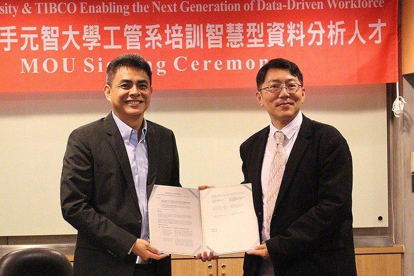 TIBCO總監Alan Ho(左)與元智工管系主任梁韵嘉代表簽訂合約。 元智大學...