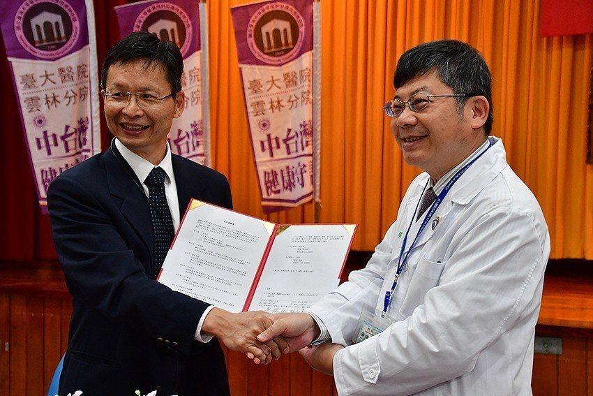 工研院生醫所所長林啟萬(左)與臺大醫院雲林分院院長黃瑞仁簽署「數位醫療健康照護整...