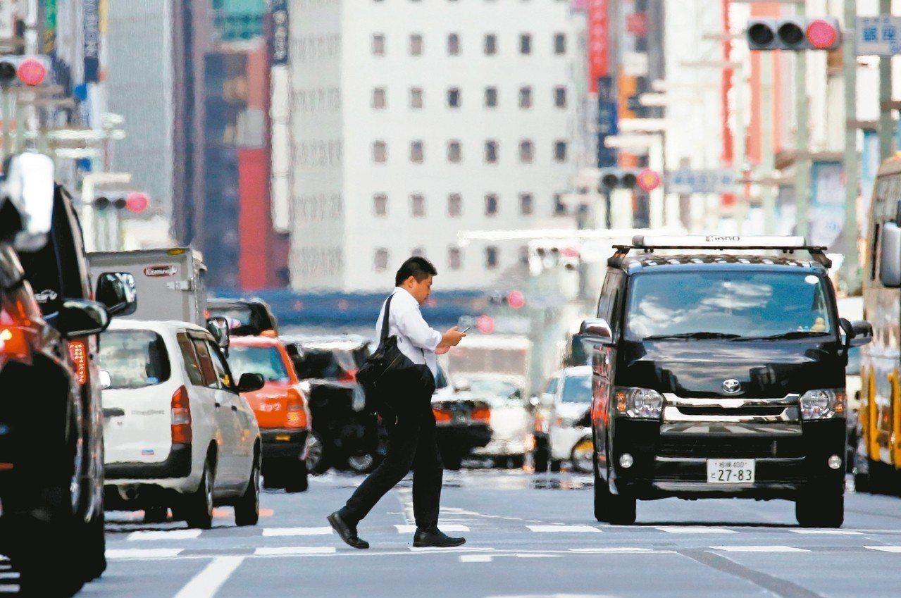 日本將率先實施汽車全面配備緊急自動煞車系統。 路透