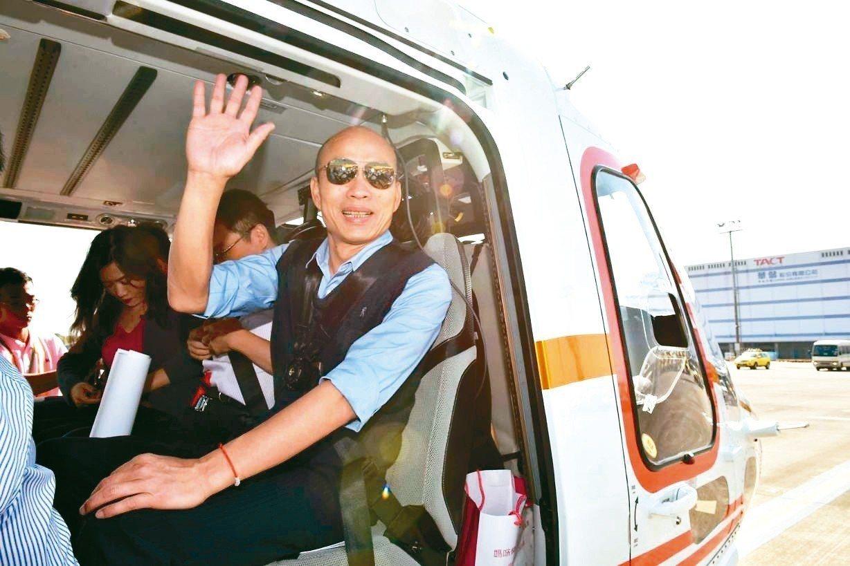 高雄市長韓國瑜搭直升機視察愛河。 高市府/提供