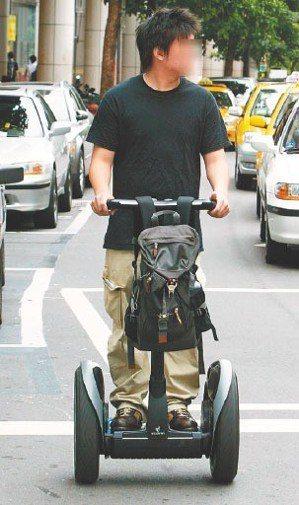 慢速運具如電動代步車、動力滑板賽格威(見圖),易造成安全問題,運研所將檢討慢車法...
