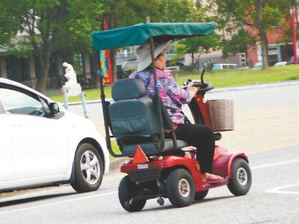 慢速運具如電動代步車易造成交通安全問題,運研所將檢討慢車法規。 圖/聯合報系資料...