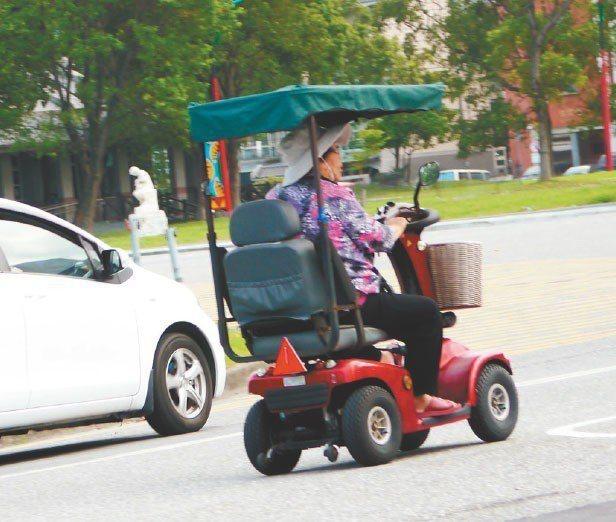 慢速運具如電動代步車(見圖)、動力滑板賽格威,易造成安全問題,運研所將檢討慢車法...