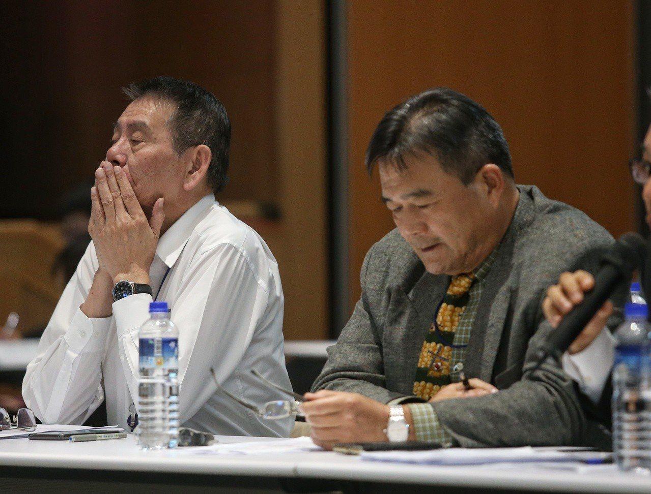 華航通宵勞資協商,華航總經理謝世謙(左)面露疲態。 記者鄭清元/攝影