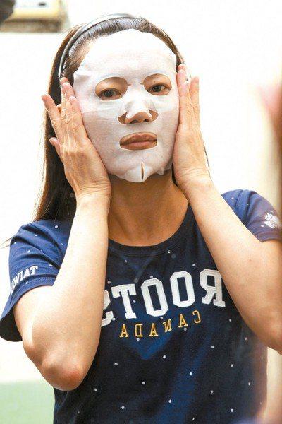 皮膚科醫師指出,敷面膜須避免「過夜」、「過敏」等兩大禁忌。圖/聯合報系資料照片