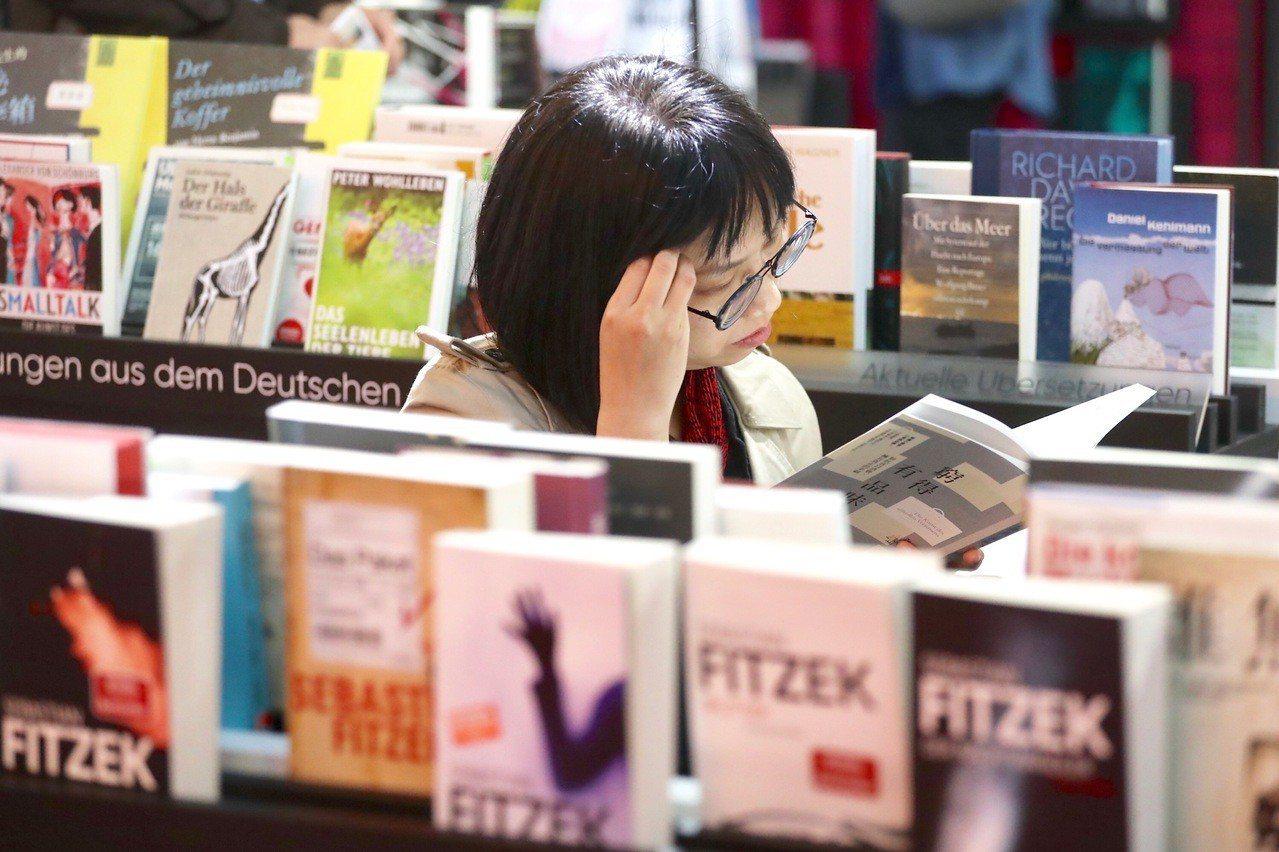 2019台北國際書展12日開幕,今年以「讀書正好」為主題,吸引許多民眾前往參觀並...