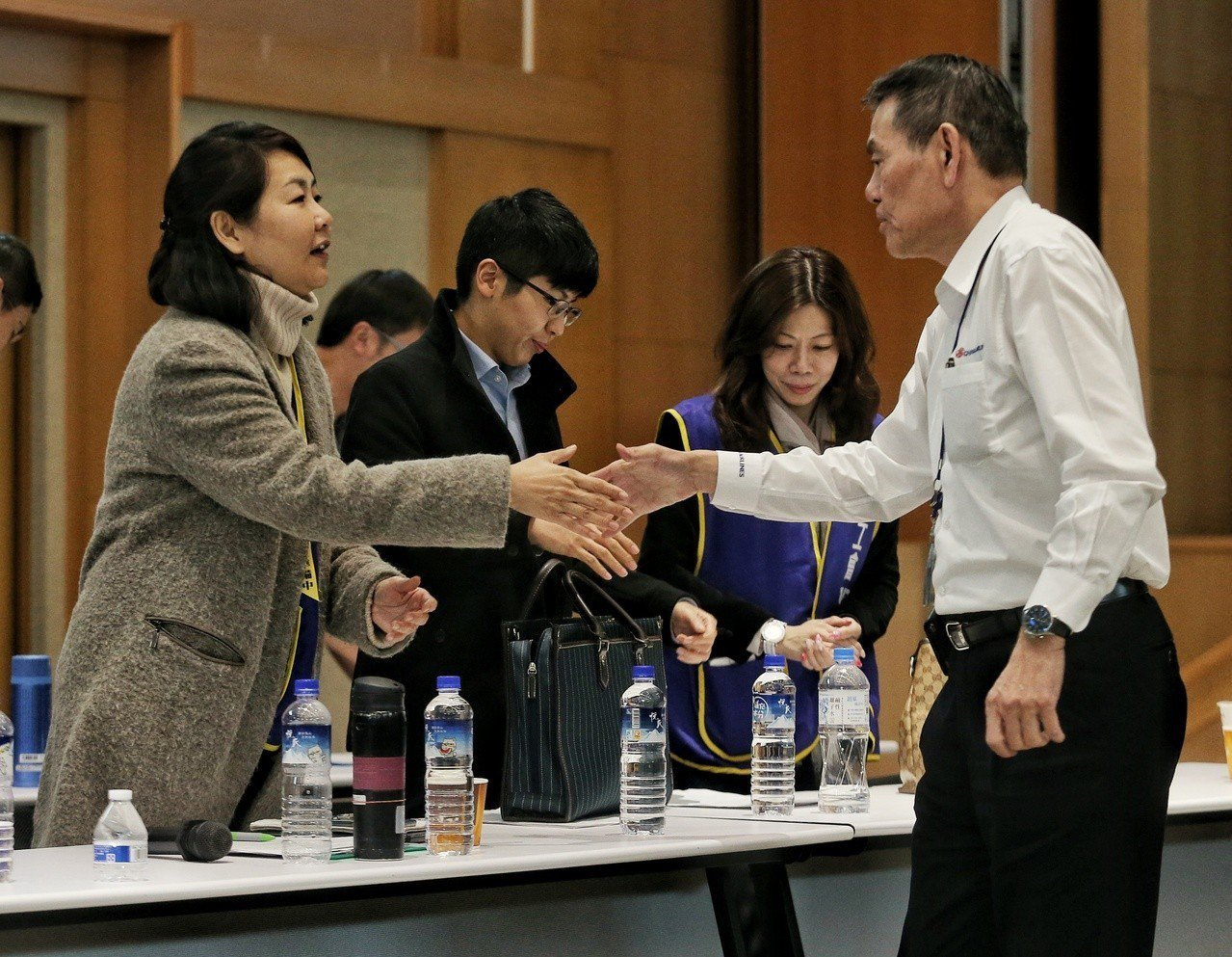 近12小時的「紅眼協商」結束,華航總經理謝世謙(右)與桃園市機師職業工會常務理事...