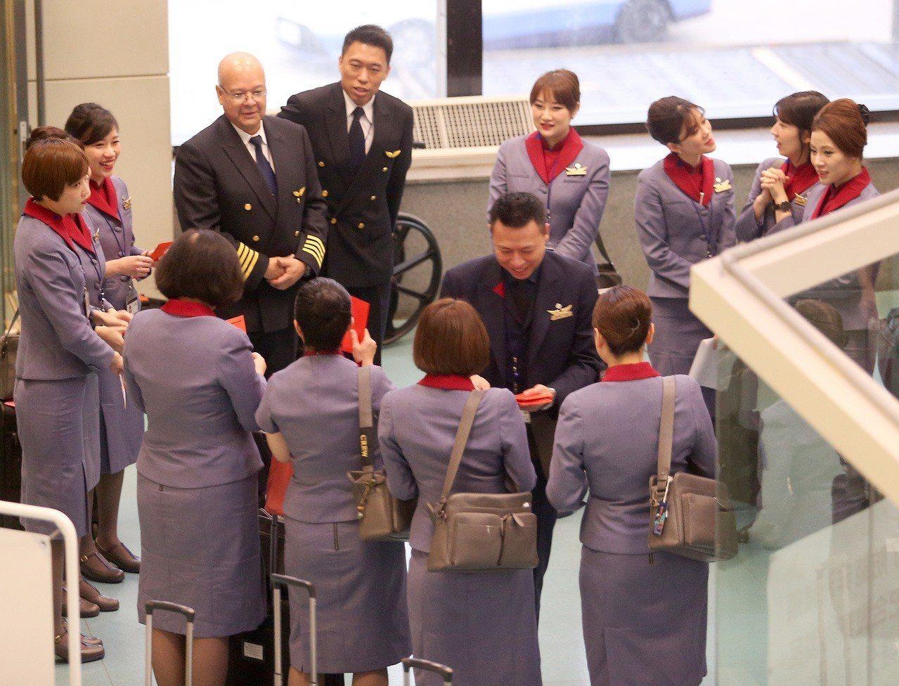 中華航空公司部分機師罷工爭權益進入第六天,堅守崗位的機師仍舊值勤疏運旅客。圖為一...