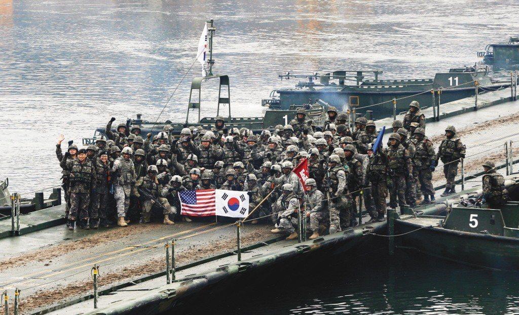 圖為韓美軍隊2015年聯合演習後,在南韓漢灘江浮橋上合影。 美聯社