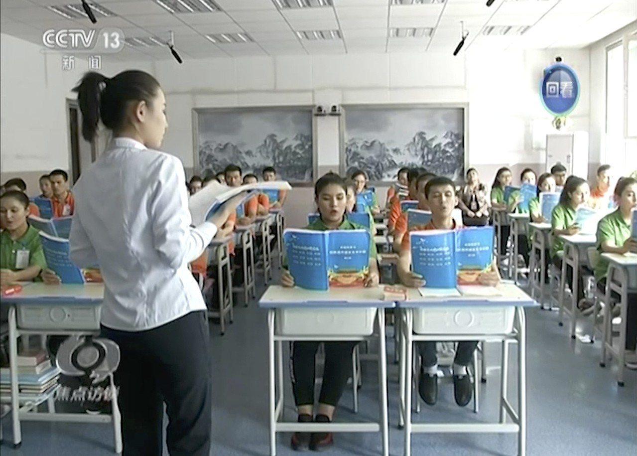 中國政府說這是「職業訓練中心」,但父親被關在那裡的哈薩克人艾布塔(Aibota ...