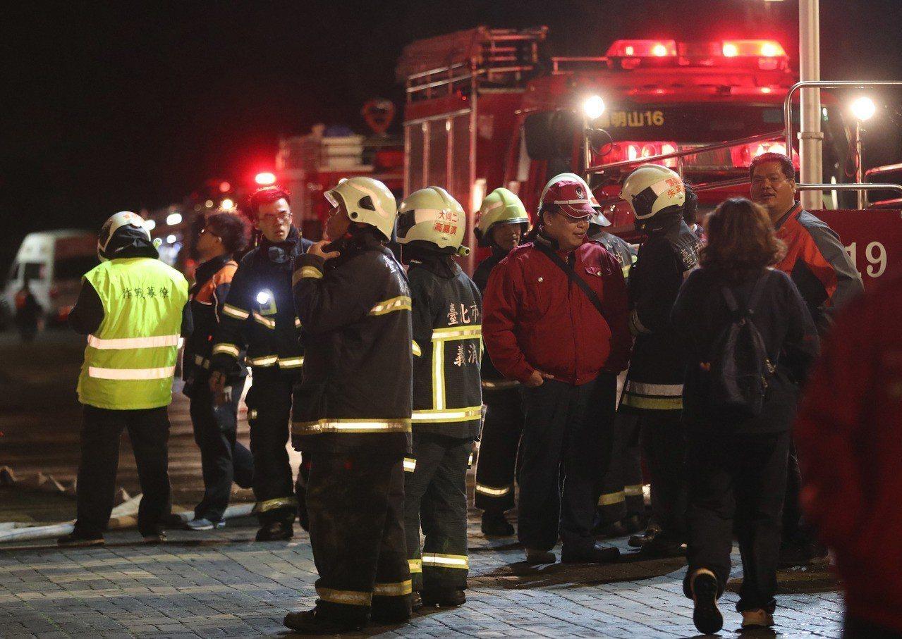 北市消13日下午獲報指士林區的文化大學大典館4樓教室起火,立即派出水箱車22輛、...