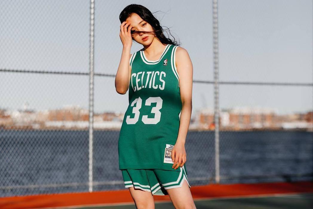 歐陽娜娜為陳冠希的潮牌聯名服飾擔任模特兒。 圖/擷自陳冠希IG