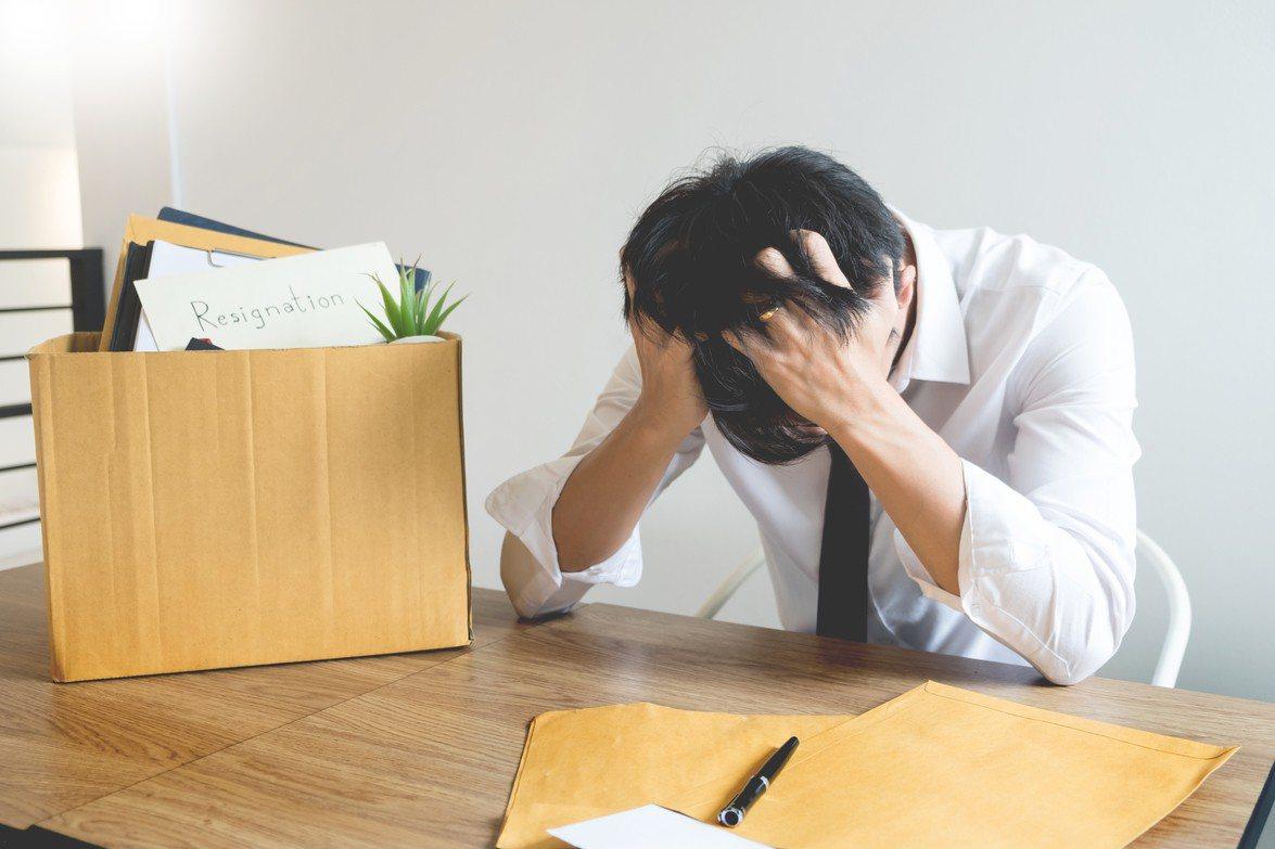 一名網友年假首日慘遭資遣,雖然公司有給資遣費,但家有孕妻和年幼孩子的他直呼「壓力...