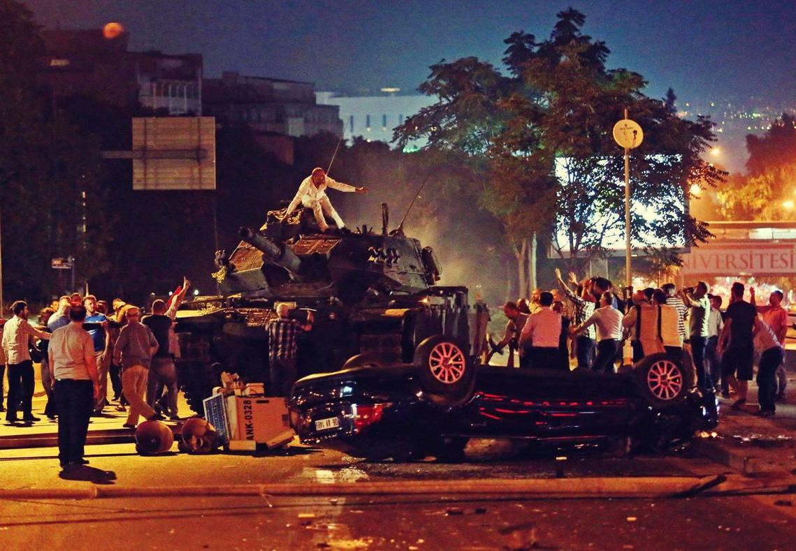 土耳其政府12日針對2016政變未遂的「叛亂殘黨」,發動超大規模的千人搜捕,是厄...