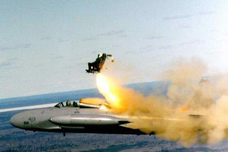 伊朗一名男童參觀軍機航空展時,隨意把玩機上設備,結果誤觸彈射座椅的開關,整個人被...