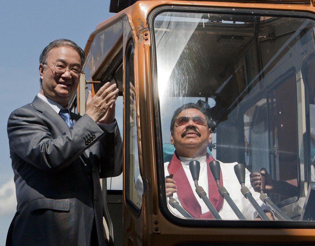 2010年11月,斯里蘭卡總統馬欣達·拉賈帕克薩與中國國家主席胡錦濤特使桑國衛,共同出席漢班托塔港的啟用儀式。 圖/新華社
