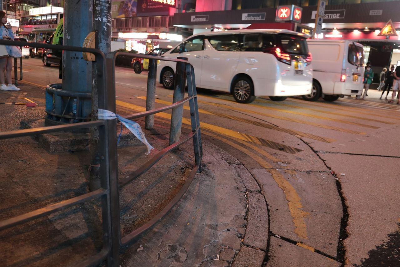 女陸客站的欄杆也被撞歪。圖/擷自香港01資料照