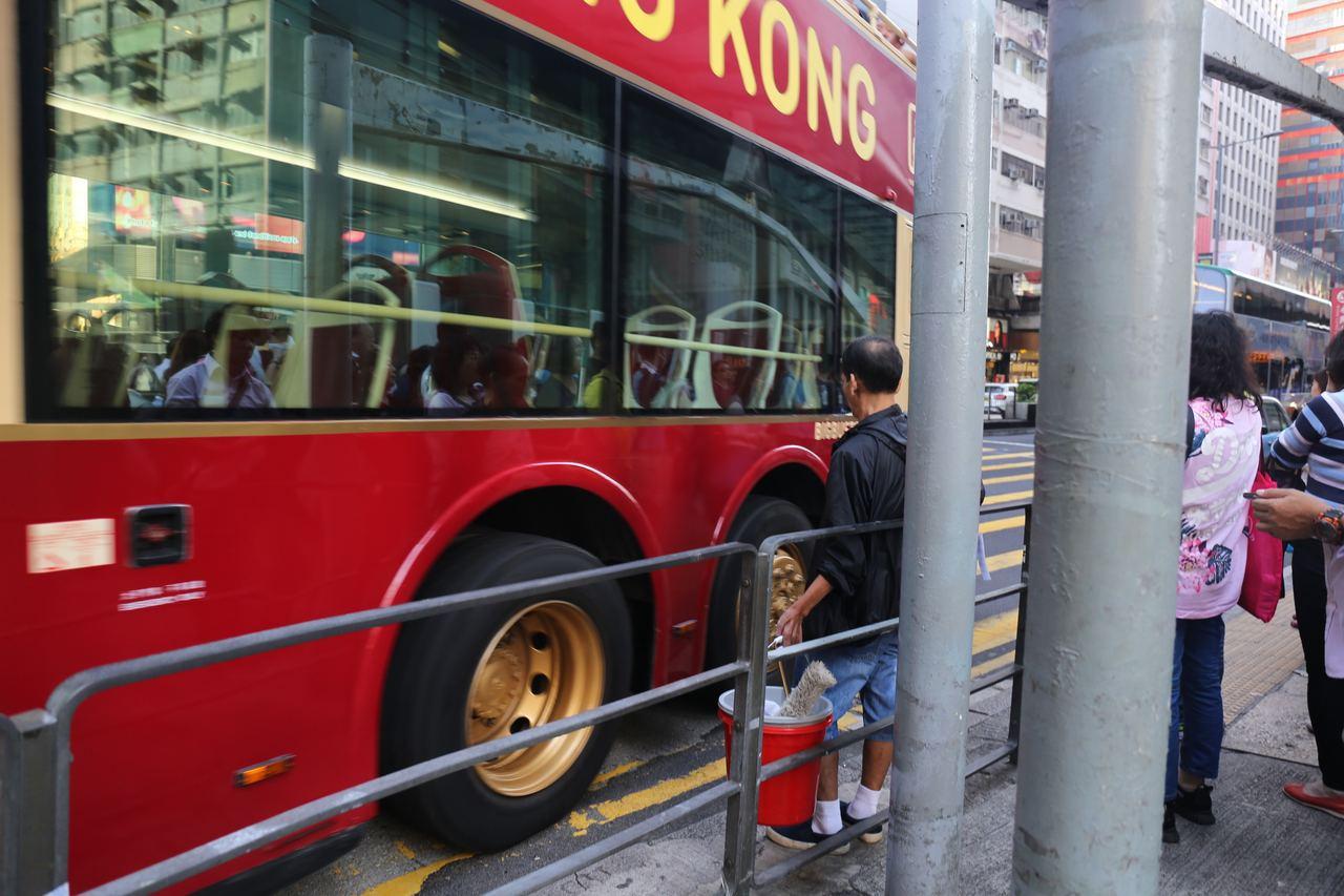 意外後仍有人不顧危險站在欄杆外等過馬路。香港01資料照/記者呂凝敏攝影