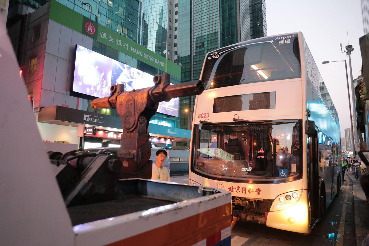 肇事巴士被拖走檢查。圖/擷自香港01資料照